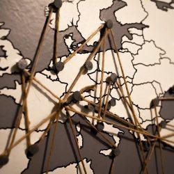 Europakarte mit Nadeln
